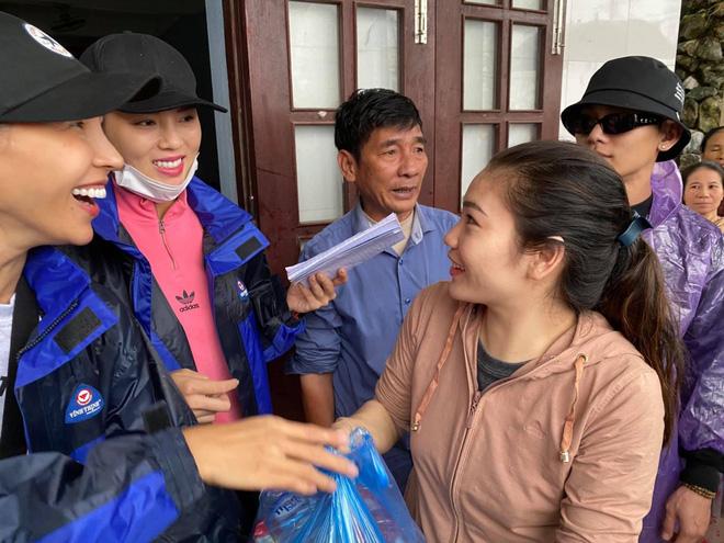 Vợ chồng Trường Giang, Lê Dương Bảo Lâm có mặt ở miền Trung để cứu trợ bà con 3