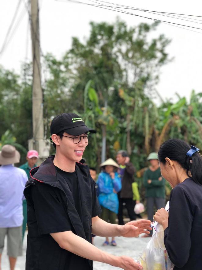 Vợ chồng Trường Giang, Lê Dương Bảo Lâm có mặt ở miền Trung để cứu trợ bà con 5