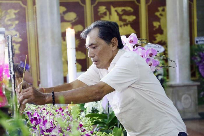 Nghệ sĩ Việt đau buồn, bật khóc nức nở viếng NSND Lý Huỳnh 9