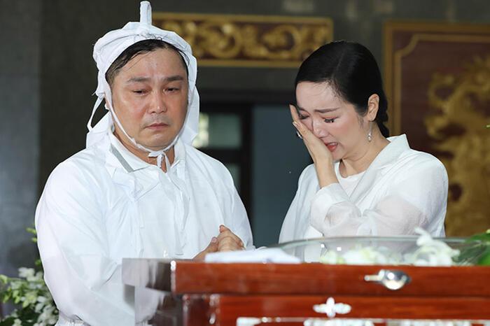 Hoa hậu Đền Hùng - Giáng My bật khóc nức nở tại đám tang. Cô vô cùng thương tiếc trước sự ra đi của bậc thầy võ thuật làng phim Việt