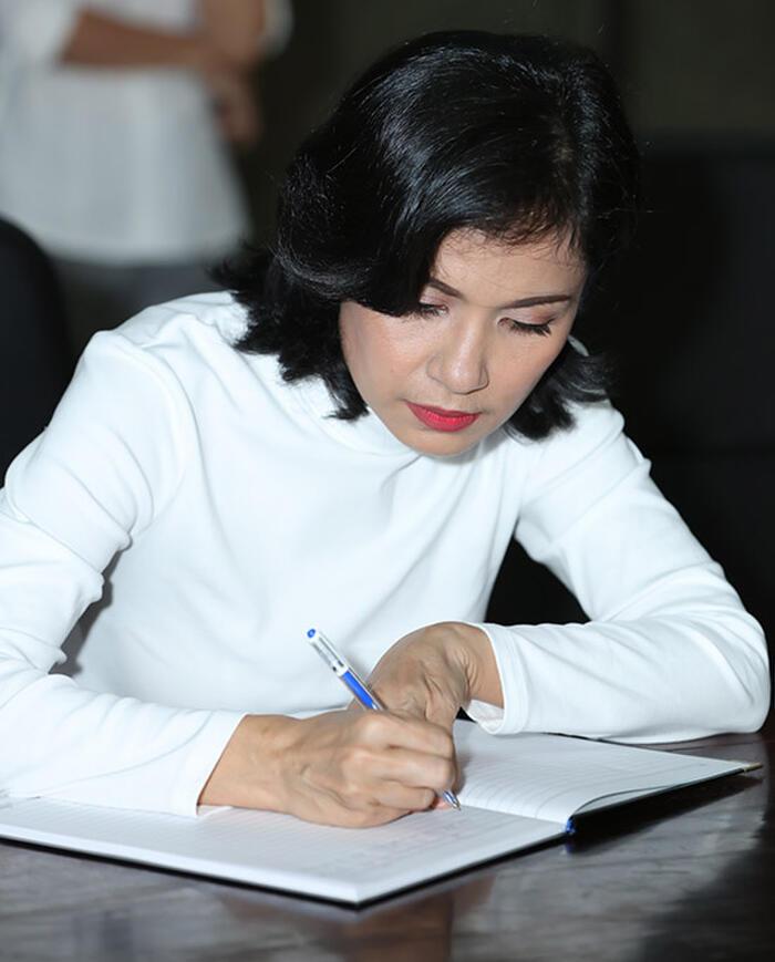 Việt Trinh ghi đôi dòng kỉ niệm trong sổ tang