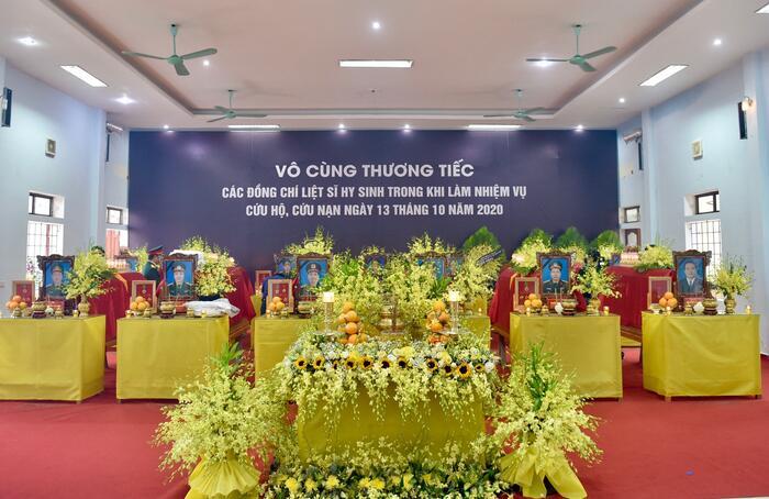 Hương Giang và Matt Liu âm thầm tới lễ tang các chiến sĩ ở Rào Trăng 3 2