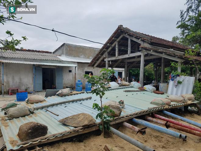Với những gia đình có điều kiện, mái hầm sẽ được lợp bằng tôn.