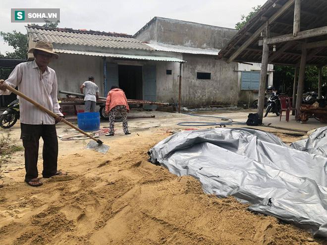 Sau khi phủ bạt, một lớp cát dày được phủ lên trên để ngăn nước mưa chảy xuống hầm.