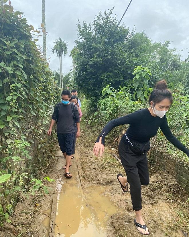 Một số hình ảnh của vợ chồng Lý Hải Minh Hà khi đi cứu trợ bà con miền Trung