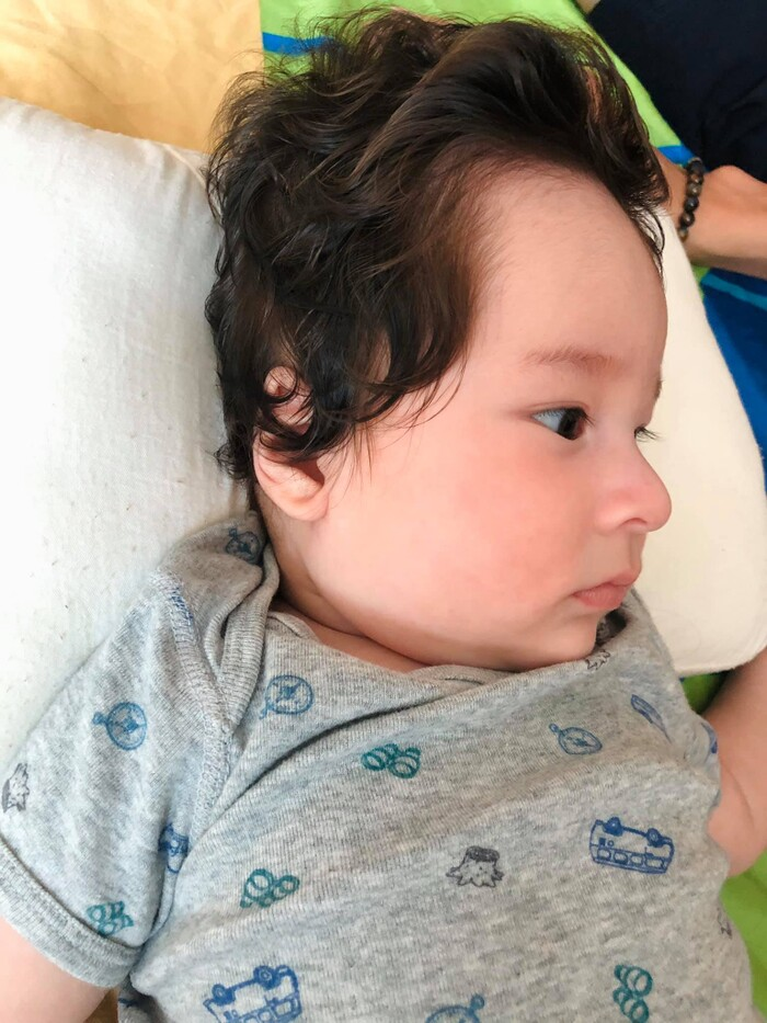 Sau khi đăng tải, những hình ảnh của bé Max - quý tử đầu lòng nhà MC Hoàng Oanh đã nhanh chóng gây sốt cộng đồng mạng bởi sống mũi và góc nghiêng chuẩn cực phẩm