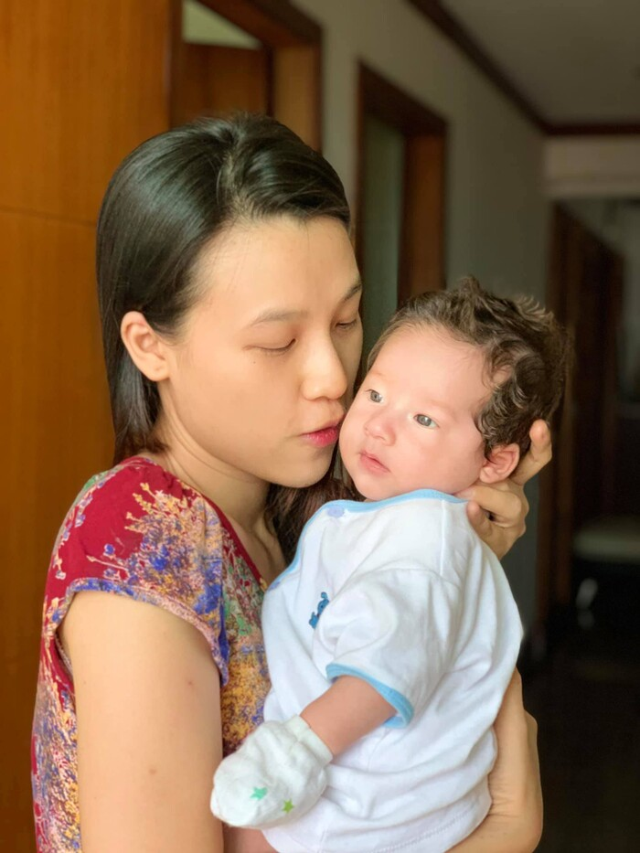 Hoàng Oanh cho biết, con trai thừa hưởng nét lai Tây, đôi chân dài và mái tóc nâu xoăn từ bố riêng có đôi mắt hí là giống mẹ.