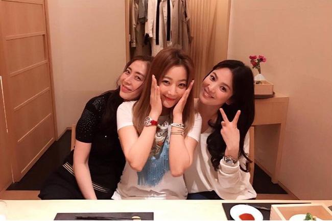 Kim Hee Sun có mối quan hệ vô cùng thân thiết với Song Hye Kyo.