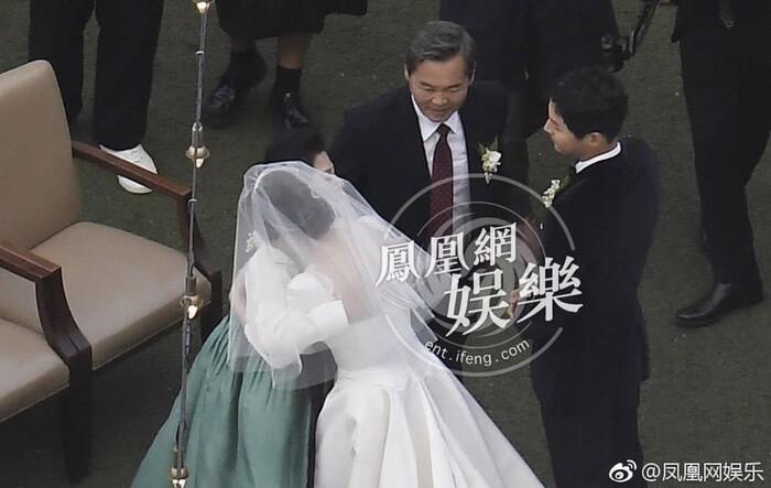 Kỷ niệm 3 năm ngày cưới: Nhìn lại 'hôn lễ thế kỷ' của Song Hye Kyo và Song Joong Ki! 11