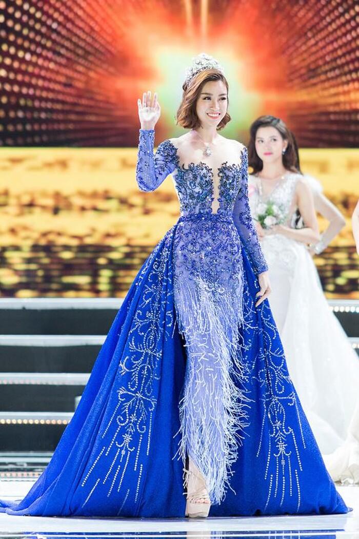 Xuất hiện trên sân khấu chung kết Hoa hậu Việt Nam 2018, Đỗ Mỹ Linh diện váy dạ hội màu xanh thanh lịch, đầu đội vương miện cao quý.