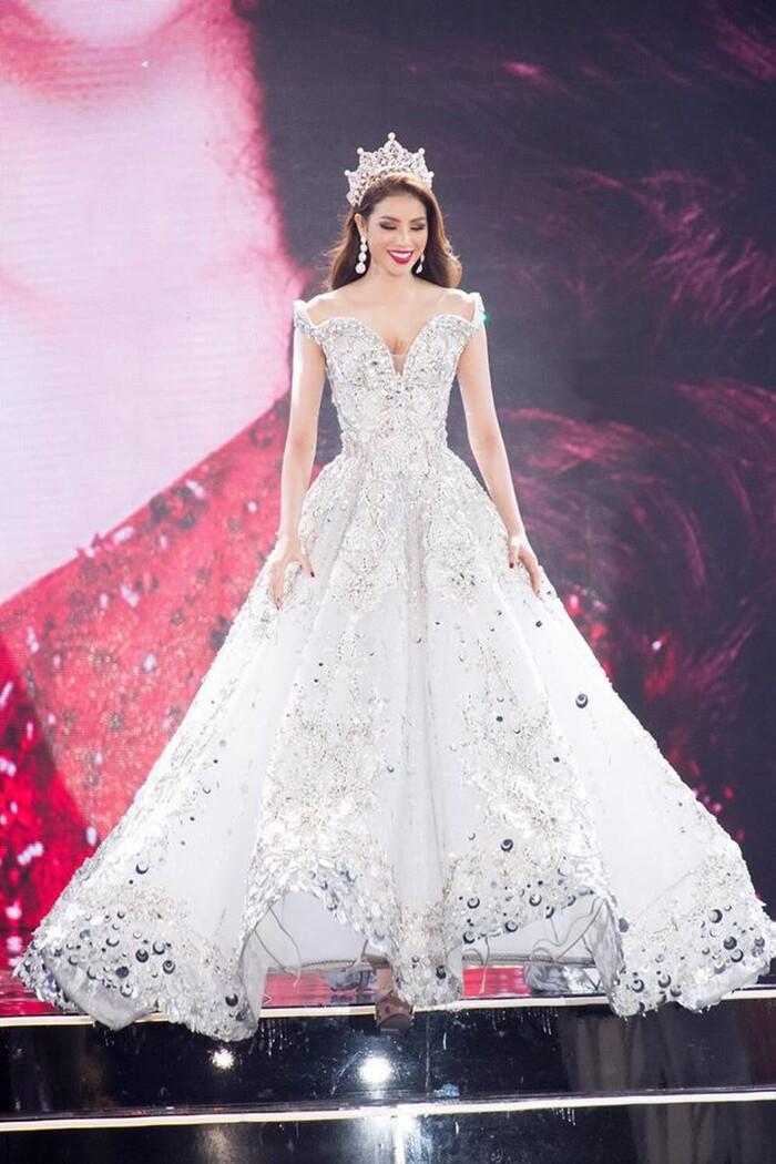 Kết thúc nhiệm kỳ của mình, Hoa hậu Phạm Hương xuất hiện với một bộ váy lộng lẫy như nữ hoàng bước ra từ truyện cổ tích. Được biết, đây là thiết kế của NTK Đỗ Long 'đo ni đóng giày' dành riêng cho Hoa hậu Phạm Hương, để cô có thể tỏa sáng trong khoảnh khắc trọng đại.
