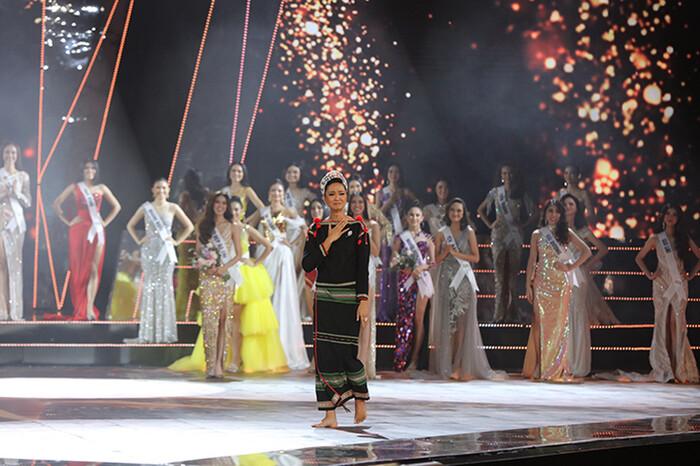 Những bước đi của Hoa hậu H'Hen Niê đã mang lại nhiều cảm xúc cho khán giả.