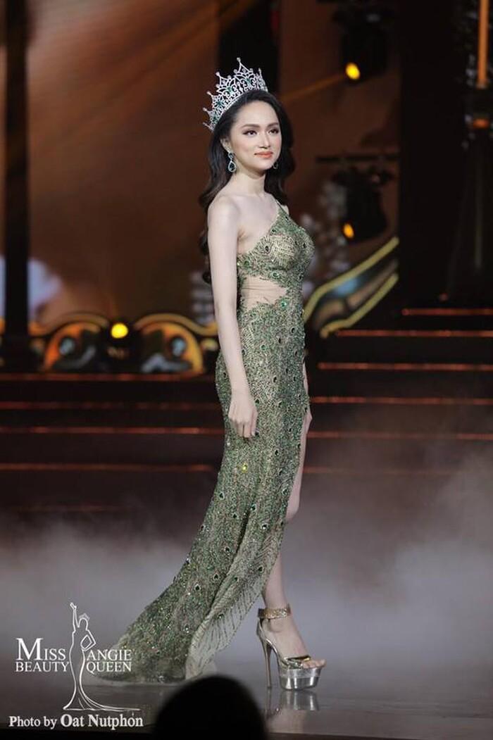 Hương Giang xuất hiện trong sự vỡ oà của người hâm mộ, cô đẹp như một nữ thần với chiếc váy xuyên thấu.