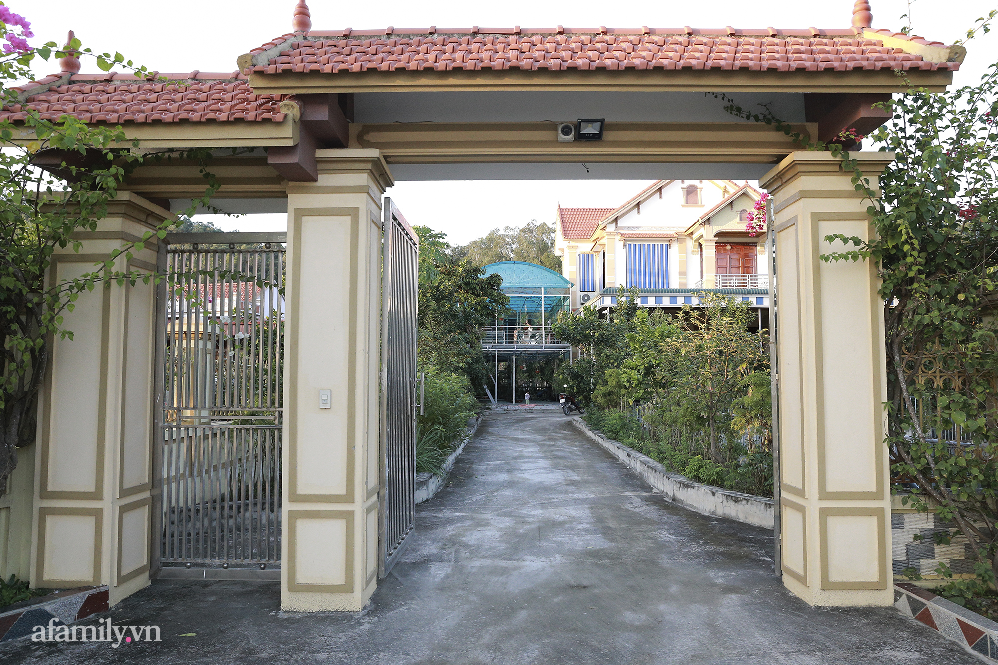 Có thể thấy, cổng vào của căn nhà nơi gia đình Đỗ Thị Hà đang sinh sống rất rộng. Lối đi vào nhà chính cũng khá dài.