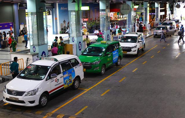 e taxi được phân đón khách tại làn D ngay bên dưới sảnh của nhà xe TCP, taxi ra vào khá dễ dàng.