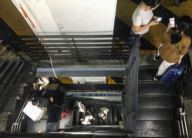 Hành khách phải leo thang bộ lên 3,4 lầu lên nhà xe để đón xe công nghệ vì thang máy quá tải.