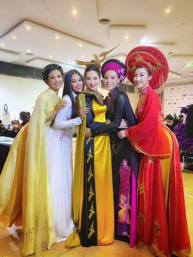 5 nàng Hoa hậu Việt Nam qua các thời kỳ đứng chung một khung hình. Thật khó để chọn ra ai đẹp hơn ai.