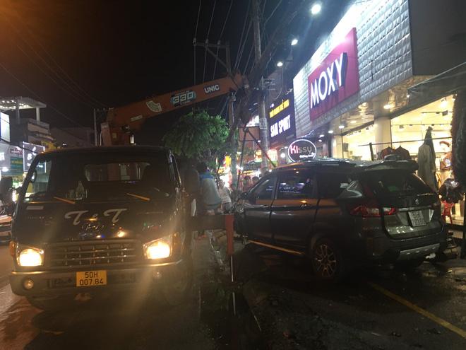 Lực lượng chức năng đưa xe ô tô ra khỏi nhà dân.
