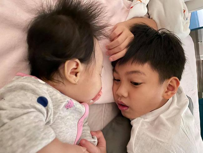 Cậu nhóc cũng thường xuyên chơi với em gái Suchin lúc ở nhà bố Cường Đô La