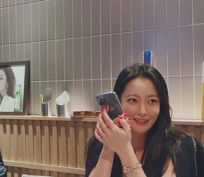 Mỹ nhân tự nhận đẹp hơn Song Hye Kyo 'gây bão' với loạt hình cận mặt 0