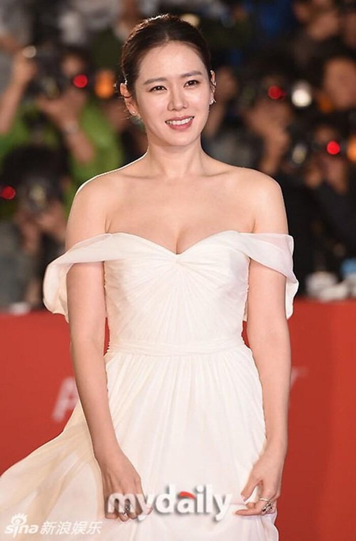 Tại Liên hoan phim Quốc tế Busan năm 2015, Son Ye Jin xuất hiện với phong cách nhẹ nhàng, đẹp như thần tiên tỉ tỉ.