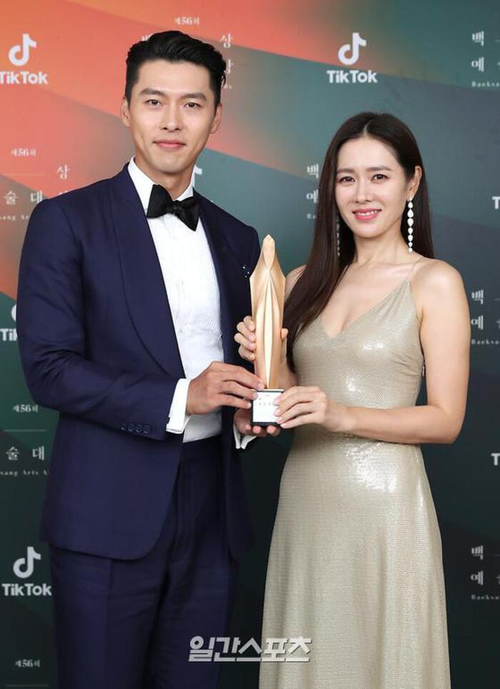 2 năm sau tại Baeksang, Son Ye Jin lấy lại được phong độ hơn hẳn. Người đẹp diện chiếc đầm đơn giản nhưng vô cùng quyến rũ bên cạnh người tình tin đồn Hyun Bin.