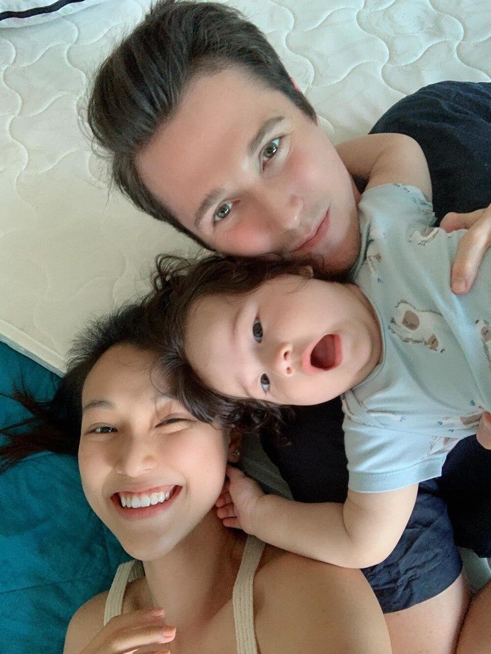 MC Hoàng Oanh kỉ niệm 1 năm ngày cưới với ông xã ngoại quốc 0
