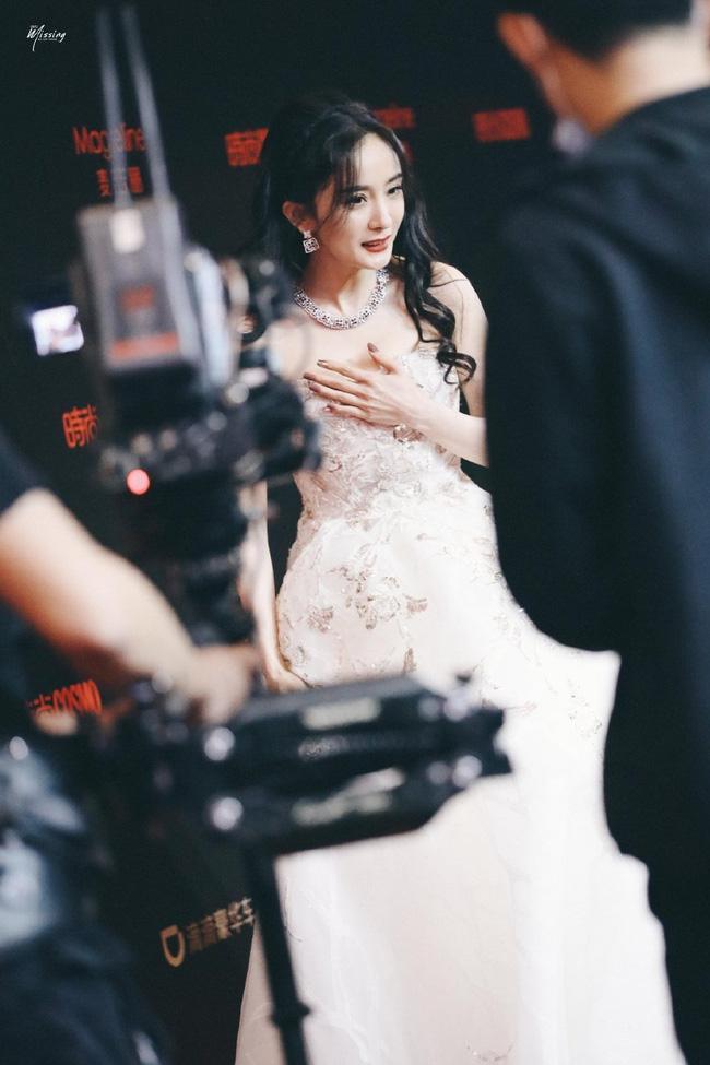 Bộ váy 'nguy hiểm' khiến Dương Mịch khá lúng túng.