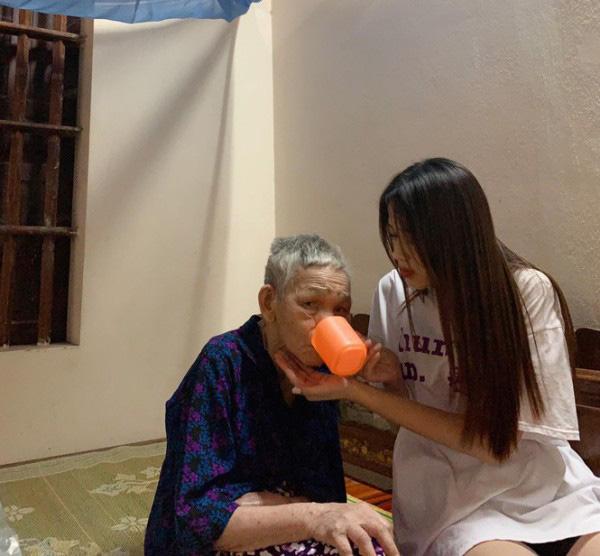 Không chỉ phụ giúp bố mẹ việc đồng áng, Đỗ Thị Hà còn quan tâm đến bà nội của mình. Mỗi khi đi học xa về cô lại đến thăm nom và chăm sóc bà.