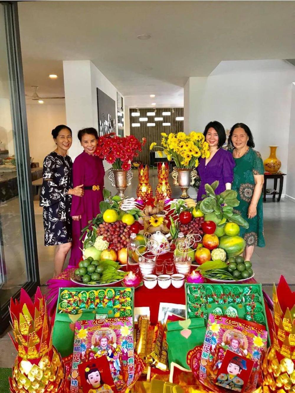 Mẹ Hồ Ngọc Hà chia sẻ hình ảnh trong ngày cúng mụ cho cặp cháu sinh đôi Leon - Lisa