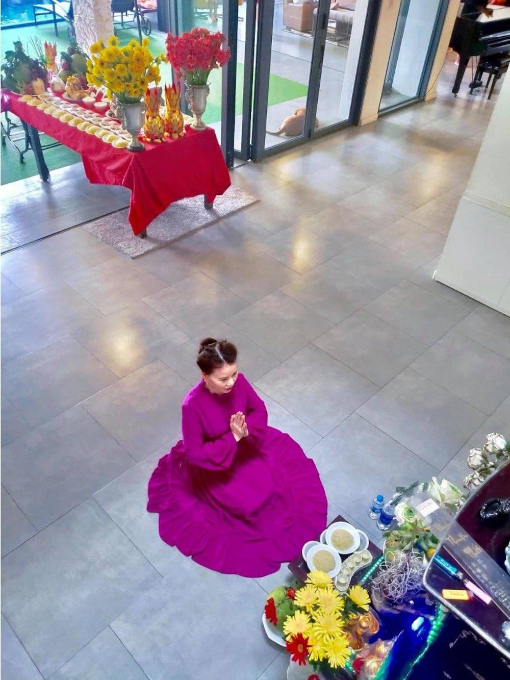 Mẹ của Hồ Ngọc Hà đã ở bên hỗ trợ con gái cúng kiếng và thành khẩn cầu nguyện những điều an lành cho hai cháu ngoại