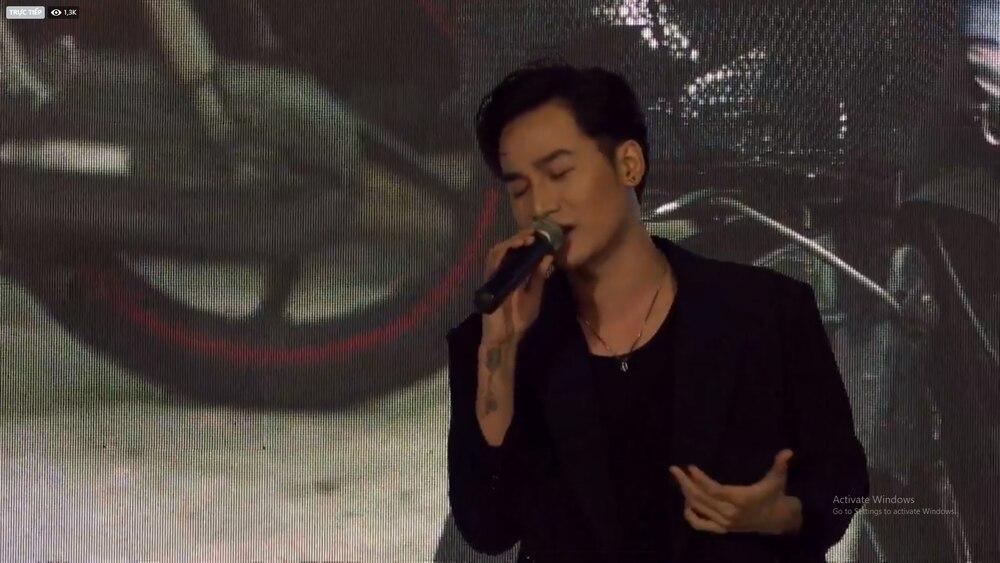 Trấn Thành khóc nức nở nghe Ali Hoàng Dương live OST Bố già, hành động của Hari Won gây chú ý 1