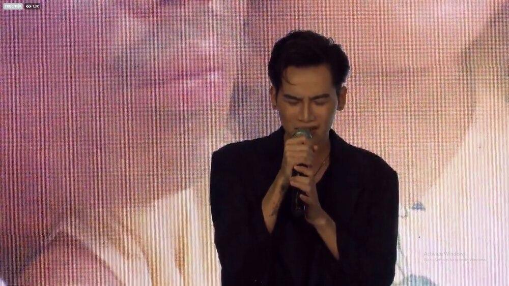 Trấn Thành khóc nức nở nghe Ali Hoàng Dương live OST Bố già, hành động của Hari Won gây chú ý 2