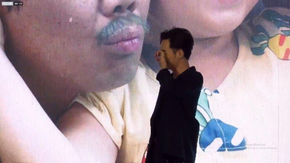 Trấn Thành khóc nức nở nghe Ali Hoàng Dương live OST Bố già, hành động của Hari Won gây chú ý 3