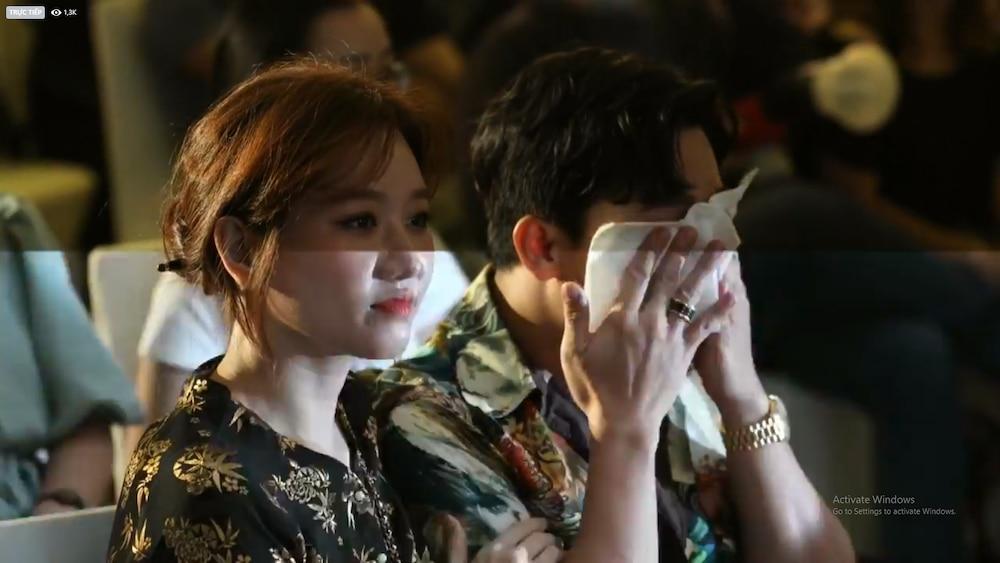 Trấn Thành khóc nức nở nghe Ali Hoàng Dương live OST Bố già, hành động của Hari Won gây chú ý 5