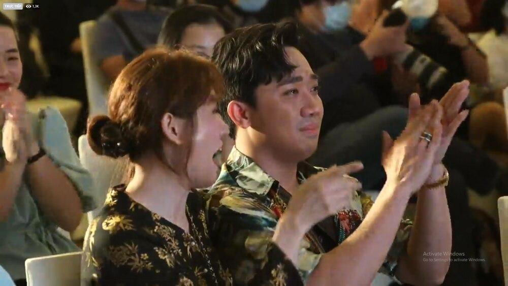 Trấn Thành khóc nức nở nghe Ali Hoàng Dương live OST Bố già, hành động của Hari Won gây chú ý 6