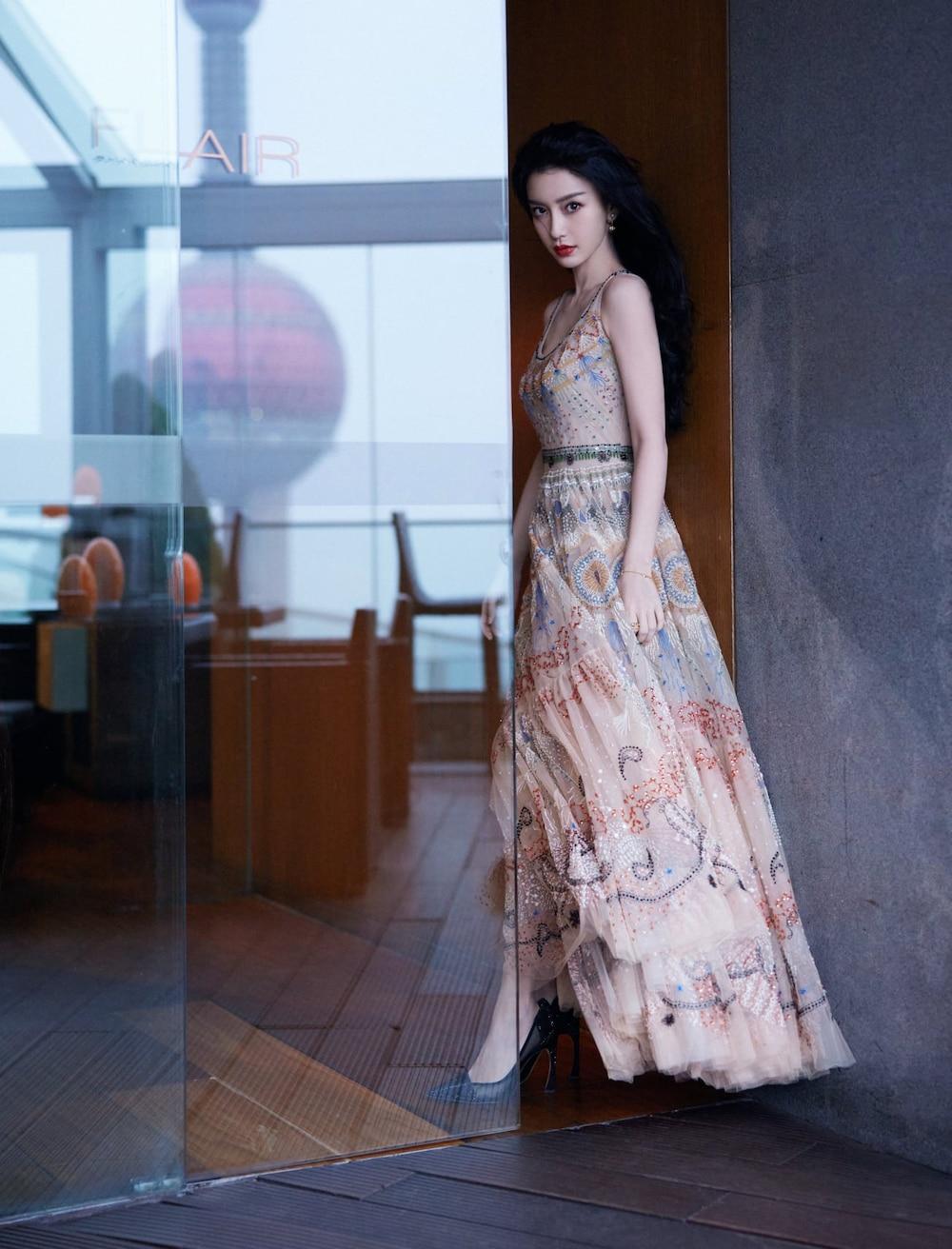 Mỹ nhân 8x chọn cho mình kiểu váy hai dây vải tuyn với họa tiết thổ cẩm cùng phong cách nữ tính như mọi khi