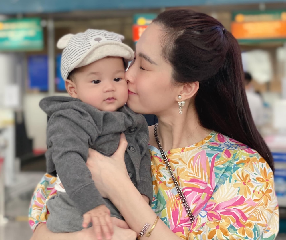 Khoảnh khắc đáng yêu của Đặng Thu Thảo và con trai Liam. Cậu bé cũng được nhận xét sở hữu nhiều nét giống bố.