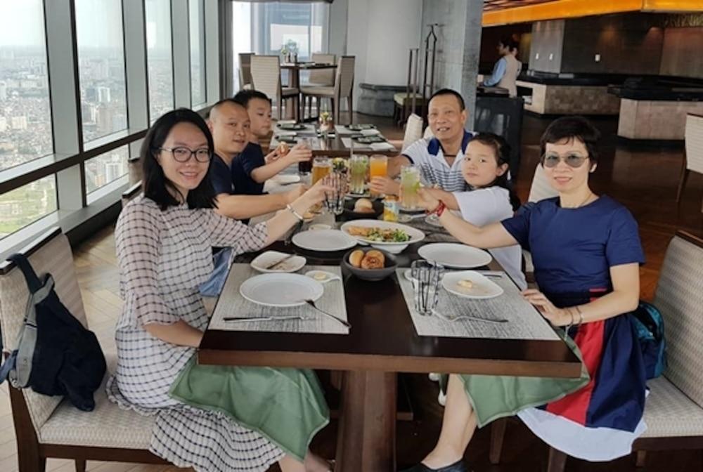 Nhà báo Lại Văn Sâm từng gây bất ngờ cho khán giả khi đăng ảnh đại gia đình trong buổi tiệc sinh nhật tuổi 62 của mình lên mạng xã hội.