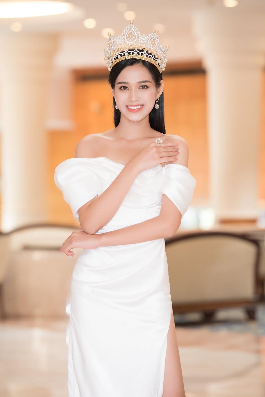 Được biết, từ sau khi đăng quang, tân Hoa hậu Việt Nam 2020 Đỗ Thị Hà luôn bận rộn với lịch trình gặp gỡ truyền thông, giao lưu cùng người hâm mộ