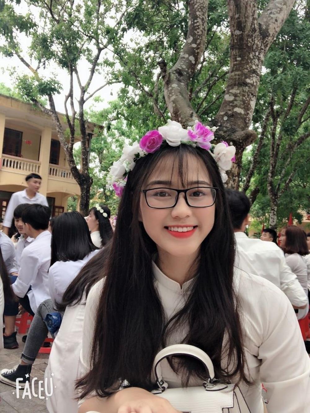 Hình ảnh Đỗ Thị Hà trong đồng phục học sinh, có thể thấy, chân dài sinh năm 2001 sở hữu nhan sắc ngọt ngào, nữ tính đặc biệt là nụ cười rạng rỡ và đôi mắt có hồn