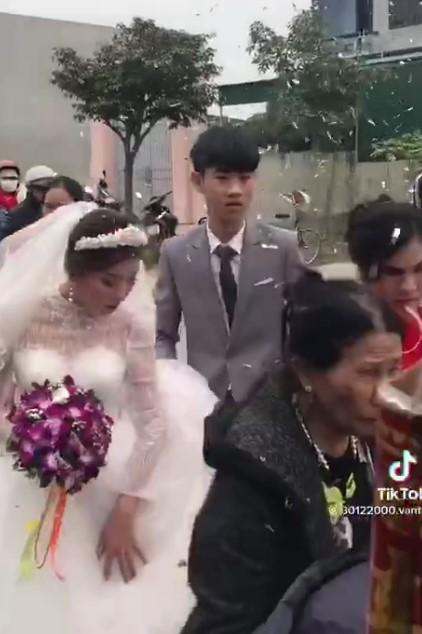 Hình ảnh chú rể và cô dâu trong clip gây bão mạng.