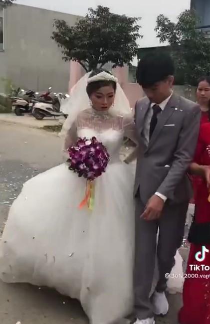 Xôn xao clip chú rể 2k3 lấy cô dâu 29 tuổi để trả nợ cho gia đình, ngày cưới mặt không thể vui, mắt rưng rưng muốn khóc? 0