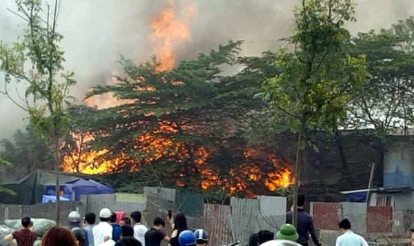 Hàng trăm người hốt hoảng phát hiện ngọn lửa bùng phát dữ dội tại một xưởng giày da tại Triều khúc lúc 9h sáng.