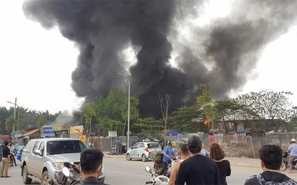 Đám cháy khiến khói đen bao trùm một vùng.