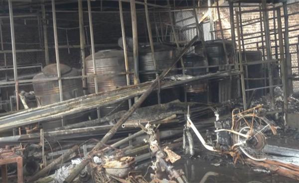 Tuy nhiên, do vụ hỏa hoạn quá lớn, nhiều vật liệu bén lửa đã khiến toàn bộ tài sản bị thiêu rụi hoàn toàn.