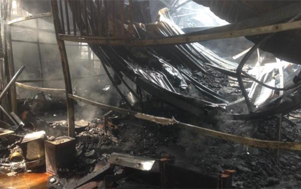 Cảnh nhà xưởng bị sập xuống sau vụ hỏa hoạn.