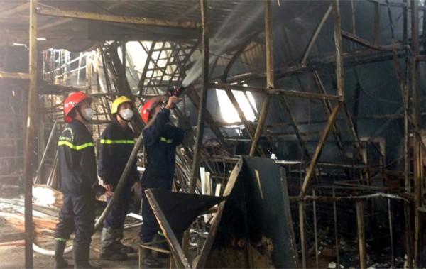 Lực lượng PCCC phun nước đề phòng lửa bén lại.