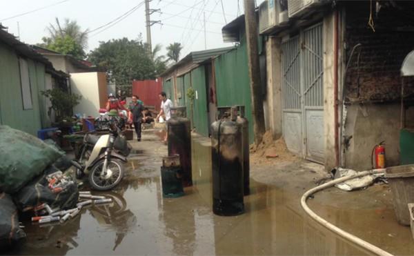 Nhiều người dân hốt hoảng khi lực lượng chức năng lôi ra từ nhà xưởng nhiều bình gas lớn.