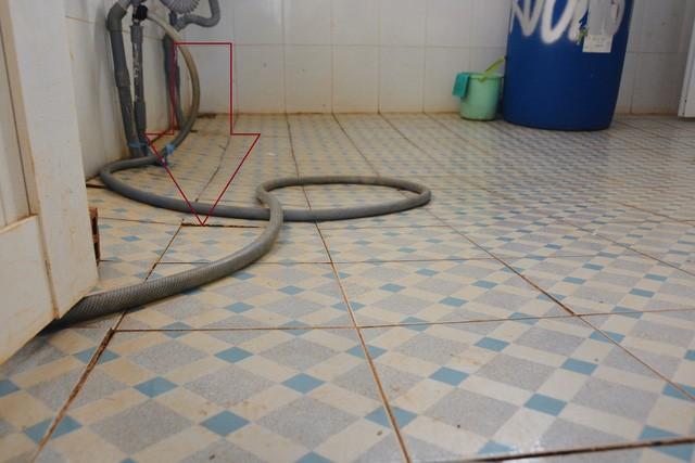 Gạch ốp nền trong nhà vệ sinh cũng bị bung tróc, sụt lún.